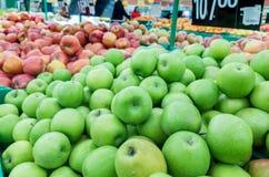 Manzanas rojas y verdes en el mercado de los granjeros Imagen de archivo libre de regalías