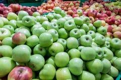 Manzanas rojas y verdes en el mercado de los granjeros Fotos de archivo