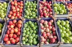 Manzanas rojas y verdes frescas para la venta Imagenes de archivo