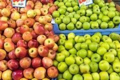 Manzanas rojas y verdes frescas para la venta Foto de archivo