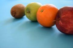 Manzanas sanas, kiwi y naranja rojos y verdes Foto de archivo libre de regalías