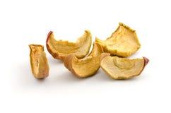 Manzanas secadas aisladas en blanco Foto de archivo