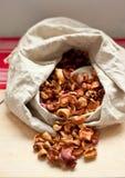 Manzanas secadas en el saco Fotografía de archivo