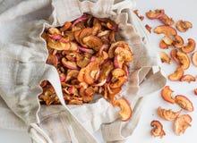 Manzanas secadas en un bolso de lino Imagen de archivo libre de regalías