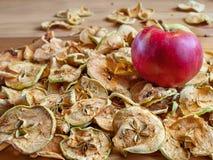 Manzanas secas y manzana madura en la tabla Fotografía de archivo libre de regalías