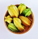 Manzanas srar verdes y amarillas en el artículo de mimbre de bambú Foto de archivo libre de regalías