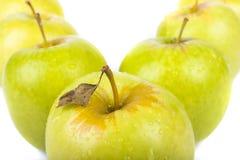 Manzanas verdes aisladas en blanco Imágenes de archivo libres de regalías