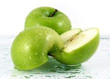 Manzanas verdes con los waterdrops Fotografía de archivo libre de regalías