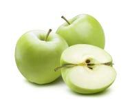 2 manzanas verdes cortaron el medio pedazo aislado en el fondo blanco Foto de archivo