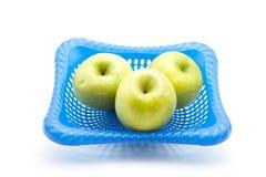 Manzanas verdes en cesta Imagen de archivo libre de regalías