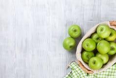 Manzanas verdes en cesta Foto de archivo