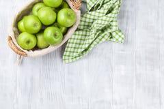 Manzanas verdes en cesta Fotografía de archivo