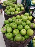 Manzanas verdes en cestas Imágenes de archivo libres de regalías