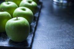 Manzanas verdes en el Backround oscuro Fotos de archivo libres de regalías