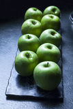 Manzanas verdes en el Backround oscuro Foto de archivo