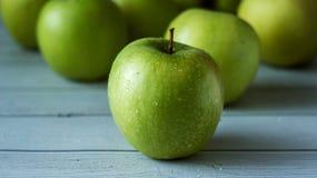 Manzanas verdes en el fondo de madera blanco Focuse selectivo Imagen de archivo libre de regalías