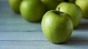 Manzanas verdes en el fondo de madera blanco Focuse selectivo Foto de archivo