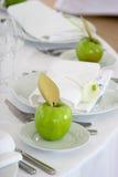 Manzanas verdes en las placas blancas Imagen de archivo