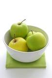 Manzanas verdes en un tazón de fuente Fotografía de archivo
