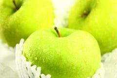 Manzanas verdes frescas Imágenes de archivo libres de regalías