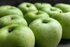 Manzanas verdes frescas con descensos del agua Fotos de archivo