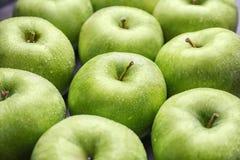 Manzanas verdes frescas con descensos del agua Imágenes de archivo libres de regalías
