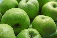 Manzanas verdes frescas con descensos del agua Foto de archivo