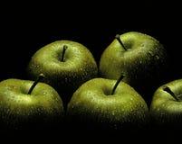 Manzanas verdes frescas con descensos del agua Imagen de archivo libre de regalías