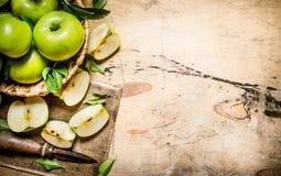 Manzanas verdes frescas en la cesta con el cuchillo Foto de archivo libre de regalías