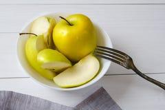 Manzanas verdes frescas en una placa blanca El concepto de consumición sana, vegetarianismo, comida cruda, consumición sana, boca Imagen de archivo