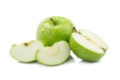 Manzanas verdes frescas y manzana verde cortada aisladas en la parte posterior del blanco Fotografía de archivo libre de regalías