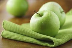 Manzanas verdes jugosas imágenes de archivo libres de regalías