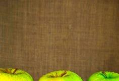 Manzanas verdes jugosas con descensos del agua Foto de archivo