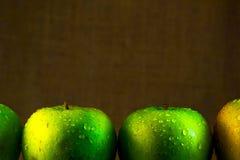 Manzanas verdes jugosas con descensos del agua Foto de archivo libre de regalías