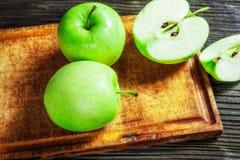 Manzanas verdes maduras en de madera Fotografía de archivo
