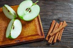Manzanas verdes maduras en de madera Fotos de archivo