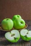 Manzanas verdes maduras en de madera Foto de archivo libre de regalías