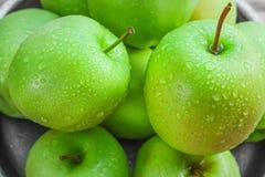 Manzanas verdes maduras en de madera Imagenes de archivo