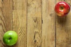 Manzanas verdes rojas coloridas maduras en fondo de madera resistido Marco de la esquina Espacio de Autumn Fall Thanksgiving Harv Fotos de archivo