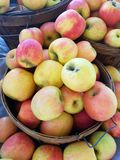 Manzanas verdes rojas en cestas en el mercado 4k Imagenes de archivo