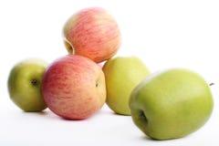 Manzanas verdes y rojas imagen de archivo