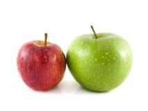 manzanas verdes y rojas con descensos del agua Foto de archivo libre de regalías