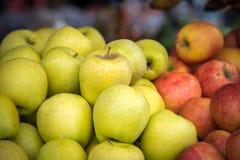 Manzanas verdes y rojas en el mercado de la comida imagen de archivo libre de regalías