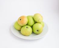 Manzanas verdes y rojas en una placa blanca Fotografía de archivo libre de regalías