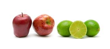 Manzanas y cal aisladas en el fondo blanco Foto de archivo libre de regalías