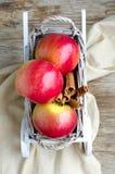 Manzanas y canela en el carro de madera blanco Fotografía de archivo libre de regalías