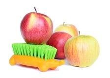 Manzanas y cepillo Imagenes de archivo