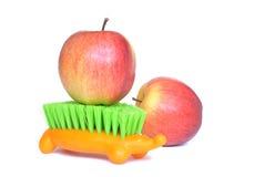 Manzanas y cepillo Imagen de archivo