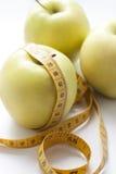 Manzanas y cinta de medición Foto de archivo libre de regalías