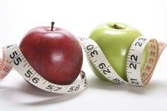 Manzanas y cinta métrica Foto de archivo libre de regalías